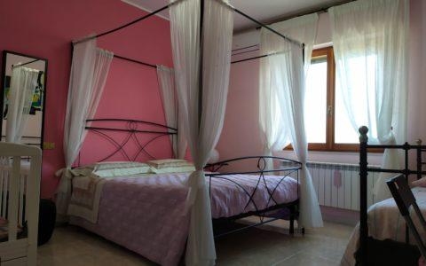 Camera rosa panoramica letto baldacchino